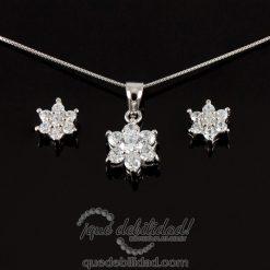 Conjunto de plata con forma de flor y circonita pétalo