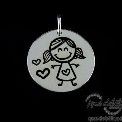 Medalla de plata con dibujo de niña