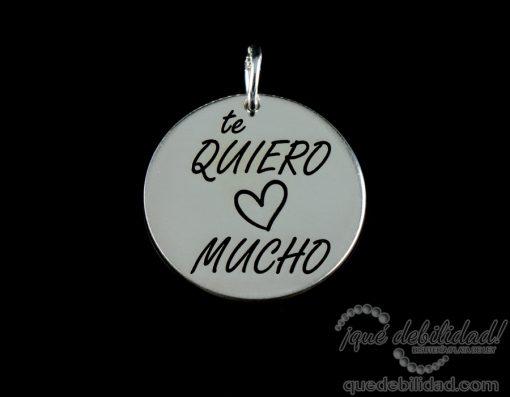 Medalla de plata con la frase Te Quiero Mucho