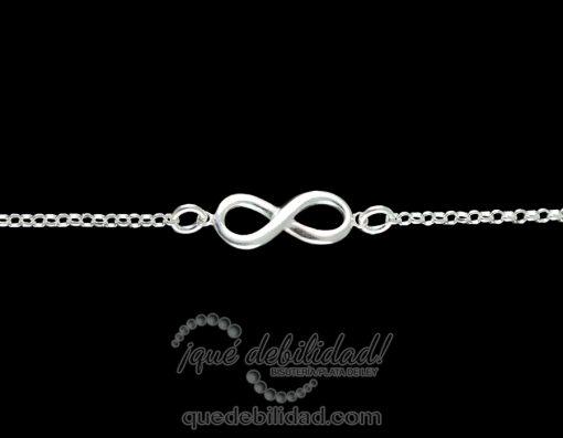 Pulsera de plata con infinito central relieve